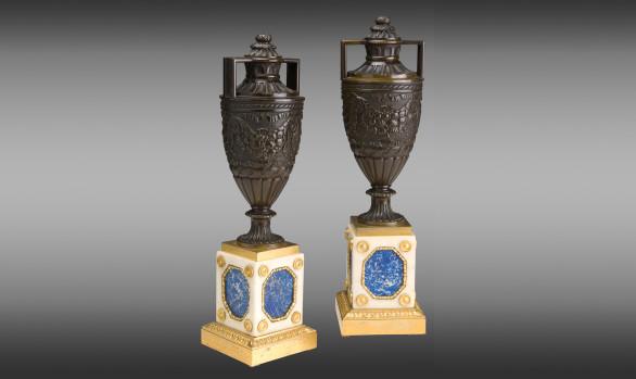 Urnas en bronce patinado y dorado<br/> Bálticas<br/>Principios del Siglo XIX