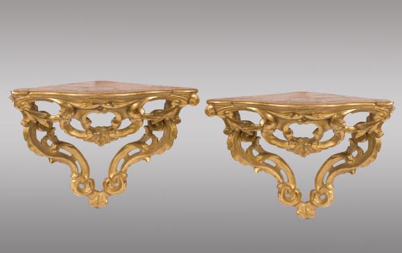Consolas de colgar para esquinas<br/>en madera dorada Españolas <br/>Siglo XVIII