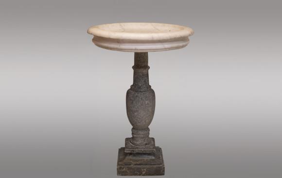 Pila en mármol blanco y gris <br/>Final del Siglo XVII