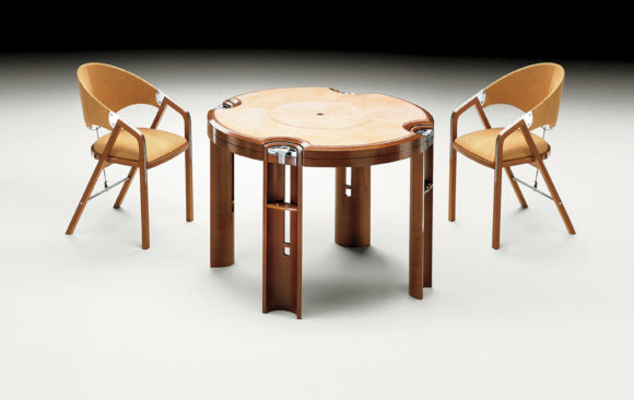 Game Table in ligth walnut<br/>Designed by J. Tresserra 1987