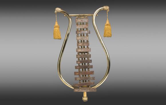 Xilófono instrumento musical <br/>realizado en bronce y acero<br/> Siglo XIX
