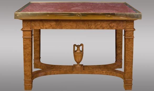 Mesa Rusa de centro en raiz de olmo<br/> rematada con pórfido y bronce<br/> Hacia 1830