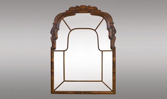 Espejo lacado en negro con chinoseries<br/> de Estilo Reina Ana<br/> Hacia 1920