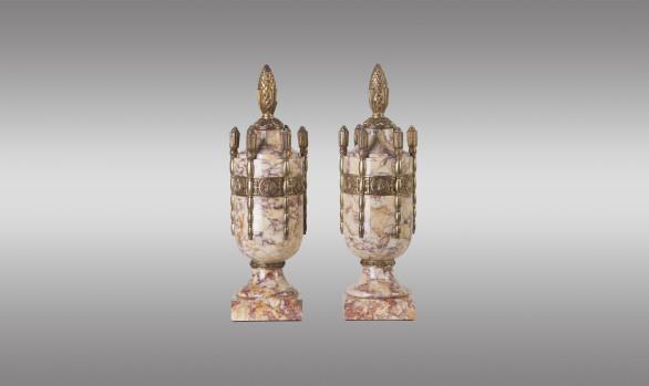 Pareja de Urnas <br/>en mármol rosa de Brignoles y bronce<br/> Época Art-decó