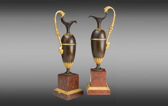 Pareja de Jarras en bronce dorado <br/>y patinado Francesas <br/>sobre bases de mármol rojo de Campan