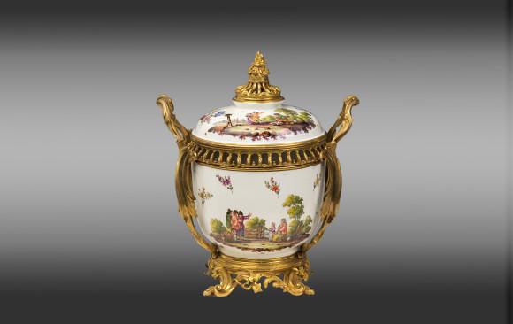 Centro de Porcelana de Samson <br/> montado en bronce de  Estilo Luis XV<br/>  Finales del Siglo XIX