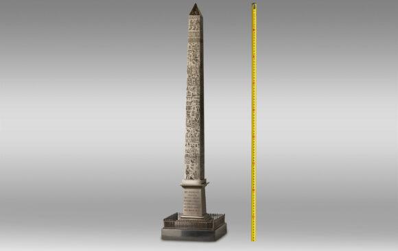 Gran Obelisco en Bronce patinado<br/>Primera Mitad del Siglo XIX