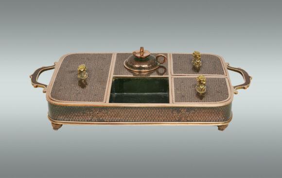 Rara Escribania china <br/>en bronce cloissoné con esmalte negro <br/>Siglo XIX