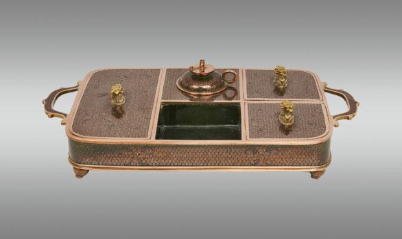 Bandeja para fumar opio<br/>en bronce cloissoné con esmalte negro <br/>Siglo XIX