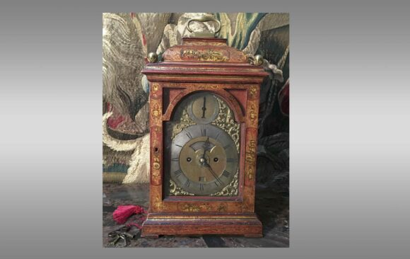 Reloj de sobremesa en laca roja <br/> Inglaterra  Siglo XVlll