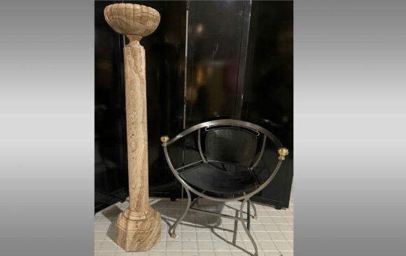 Copa montada sobre una columna <br/> de marmol beige<br/> Hacia 1800